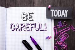 Le texte d'écriture fasse attention Le soin d'avertissement d'avis d'une attention de précaution de signification de concept pren photos stock