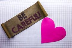 Le texte d'écriture fasse attention Le soin d'avertissement d'avis d'une attention de précaution de signification de concept pren photographie stock libre de droits
