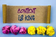 Le texte d'écriture montrant le contenu est roi Gestion de l'information de marketing en ligne de signification de concept avec l Photos stock