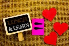 Le texte d'écriture montrant le déjeuner et apprennent Cours de conseil de formation de présentation de signification de concept  Photo stock
