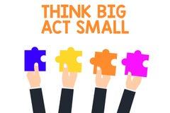 Le texte d'écriture trouvent le grand acte petit Le concept signifiant de grands buts ambitieux prennent de petites mesures un pa illustration stock