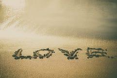Le texte d'amour a écrit sur le sable de plage Images libres de droits