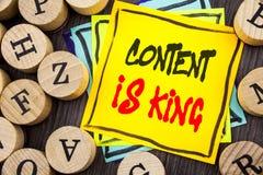 Le texte d'annonce d'écriture montrant le contenu est roi Gestion de présentation de l'information de marketing en ligne de photo Image stock