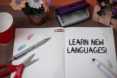 Le texte d'?criture apprennent de nouvelles langues Concept signifiant la capacit? se d?veloppante de communiquer dans le lang ?t photos libres de droits