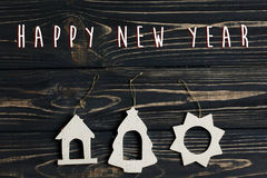 Le texte de bonne année se connectent les jouets simples d'eco de Noël sur des stylis Photographie stock libre de droits