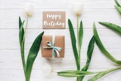 Le texte de joyeux anniversaire se connectent la fausse carte de voeux haute avec p élégant Photos libres de droits