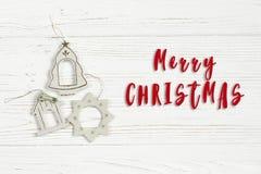 Le texte de Joyeux Noël se connectent les jouets simples de vintage sur le petit morceau élégant Image libre de droits
