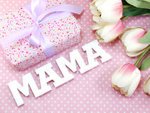 Le texte de mot de maman avec décorent le concept de jour du ` s de mère Photos stock