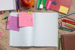 le texte de nouveau à l'école écrivent sur le bloc-notes Photo libre de droits