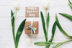 Le texte du jour des femmes heureuses se connectent la fausse carte de voeux haute avec élégant Images stock