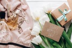 Le texte du jour des femmes heureuses se connectent les bijoux et le pe de lingerie de dentelle de femme Image stock