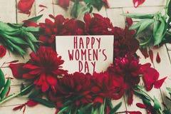 Le texte heureux de jour du ` s de femmes se connectent la carte de métier et le beau péon rouge Photos stock