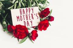 Le texte heureux de jour du ` s de mère se connectent rouge p de carte de papier de métier le beau Images libres de droits