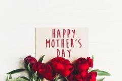 Le texte heureux de jour du ` s de mère se connectent rouge p de carte de papier de métier le beau Photo stock