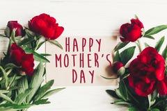 Le texte heureux de jour du ` s de mère se connectent rouge p de carte de papier de métier le beau Photos stock