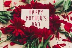 Le texte heureux de jour du ` s de mère se connectent rouge p de carte de papier de métier le beau Image libre de droits