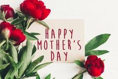 Le texte heureux de jour du ` s de mère se connectent rouge p de carte de papier de métier le beau Photographie stock