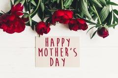 Le texte heureux de jour du ` s de mère se connectent rouge p de carte de papier de métier le beau Images stock