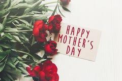 Le texte heureux de jour du ` s de mère se connectent rouge p de carte de papier de métier le beau Photographie stock libre de droits