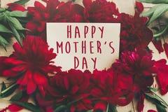 Le texte heureux de jour du ` s de mère se connectent rouge p de carte de papier de métier le beau Photo libre de droits