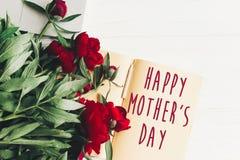 Le texte heureux de jour du ` s de mère se connectent rouge p de carte de papier de métier le beau Photos libres de droits