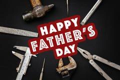 Le texte heureux de jour du ` s de père se connectent le plie de clé de marteau d'outils de travail Image libre de droits