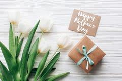 Le texte heureux de jour de mères se connectent la boîte et le gre élégants de présent de métier Photographie stock