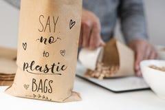 Le texte indiquent non aux sachets en plastique dans un sac de papier photos stock
