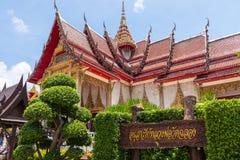 Le texte Non-anglais qui paraît dans l'image signifie le monument de ` au pasteur du ` Phuket, Thaïlande de Wat Chalong photo libre de droits