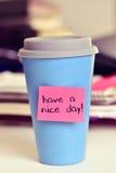 Le texte ont un beau jour dans une tasse de café ou de thé image libre de droits