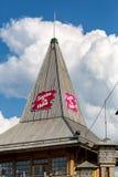 Le texte Santa est ici sur le toit, village sur Santa Claus Photo libre de droits