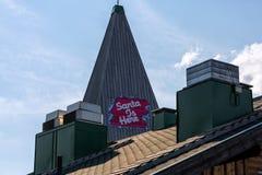 Le texte Santa est ici sur le toit, village sur Santa Claus Image stock