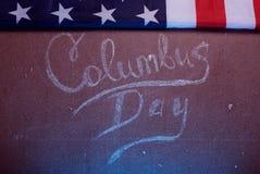 Le texte sur le conseil et un drapeau américain, Photographie stock libre de droits