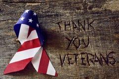 Le texte vous remercient les vétérans et le drapeau des USA image libre de droits