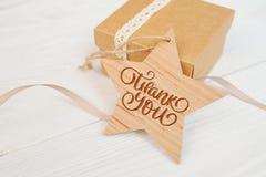 Le texte vous remercient sur l'étoile et la boîte en bois, jour de thanksgiving où vous cardez image stock