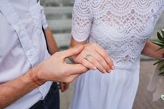 le thème de mariage, marié tient la jeune mariée par la main photos stock