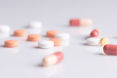 Le thème de pharmacie, médecine marque sur tablette les pilules antibiotiques images stock