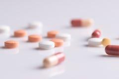 Le thème de pharmacie, médecine marque sur tablette les pilules antibiotiques photo libre de droits