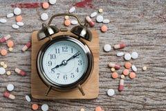 Le thème de pharmacie, médecine marque sur tablette les pilules antibiotiques image stock