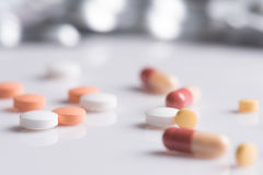Le thème de pharmacie, médecine marque sur tablette les pilules antibiotiques image libre de droits