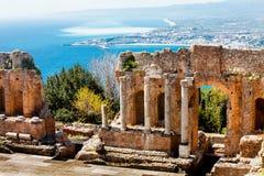 Le théâtre antique de Taormina et d'Etna Volcano Paysage Photographie stock