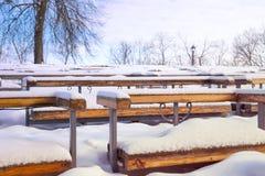 Les bancs dans la neige Image stock