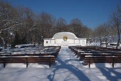 Le théâtre extérieur dans le jardin de mer s'est recroquevillé avec la neige images stock