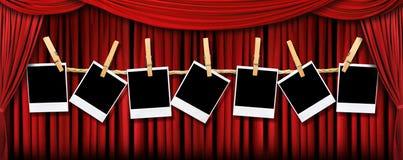 Le théâtre rouge drape et des polaroïds avec Lig excessif illustration de vecteur