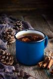 Le thé épicé chaud avec l'anis et la cannelle dans l'émail bleu de vintage attaquent Images stock