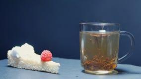 Le thé chaud est versé dans un verre Théière et tasse de thé en verre transparentes Mouvement lent banque de vidéos