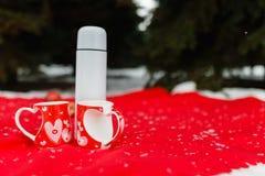 Le thé chaud s'est renversé dans les tasses coeur-modelées par rouge photos libres de droits