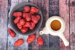 Le thé chinois dans une théière a servi avec le jujube chinois sec Jujube, images libres de droits