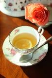 Le thé de citron et s'est levé Images stock