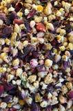 Le thé de fleur avec la camomille et s'est levé Photo stock